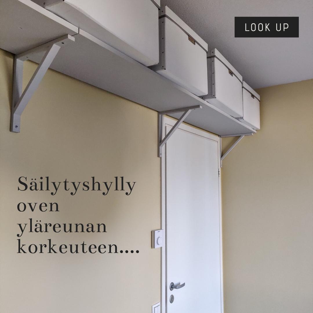 Seinähylly oven yläpuolelle ja säilytyslaatikot etiketeillä