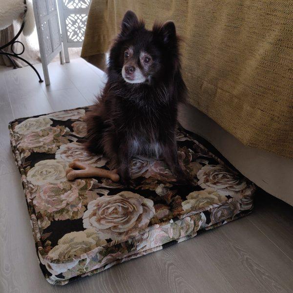 Koiran peti gobeliini-kankaasta