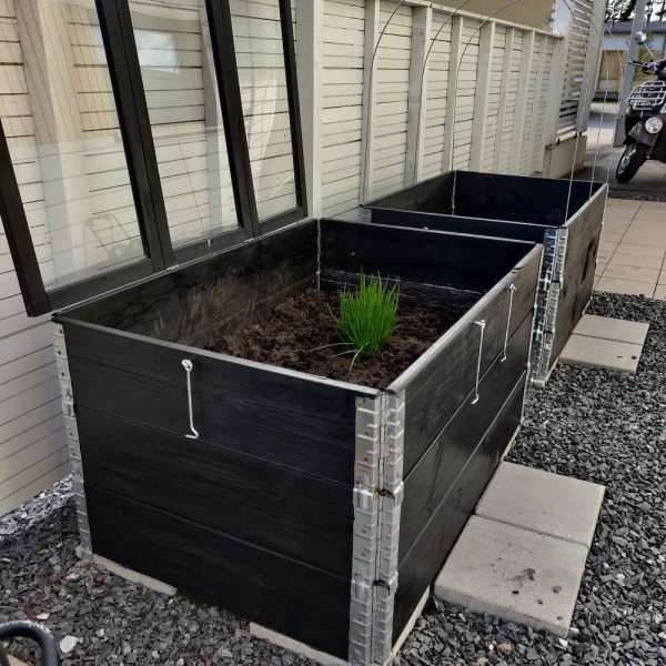 Kasvilavan kokoaminen lavakauluksista ja pihan puuosien keväthuoltoa